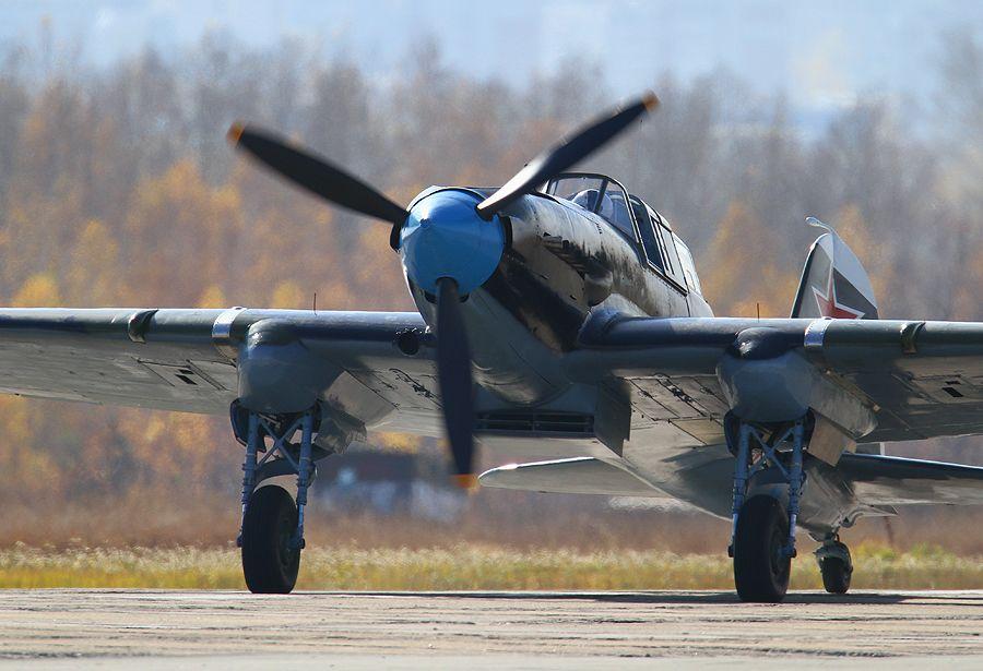 """Первый вылет единственного в мире летающего Ил-2. У этого штурмовика в следующем году юбилей - 70 лет. В войну он защищал западные границы советского союза. В 42-м зенитный снаряд попал в сердце самолёта - в двигатель - на капоте шрам от того ранения. Но упал он не на землю, а в болото. Топь спасла и пилота, и саму машину. Лётчик выбрался, а железного хищника метан и трясина """"законсервировали"""". В 2005-м Ил-2 подняли. В идеальном состоянии сохранилось почти 40% деталей. Остальные - восстановили новосибирские реставраторы. Среди наземных войск противника самолет имел прозвище «Чёрная смерть» (на немецком Schwarzer Tod — чума)"""
