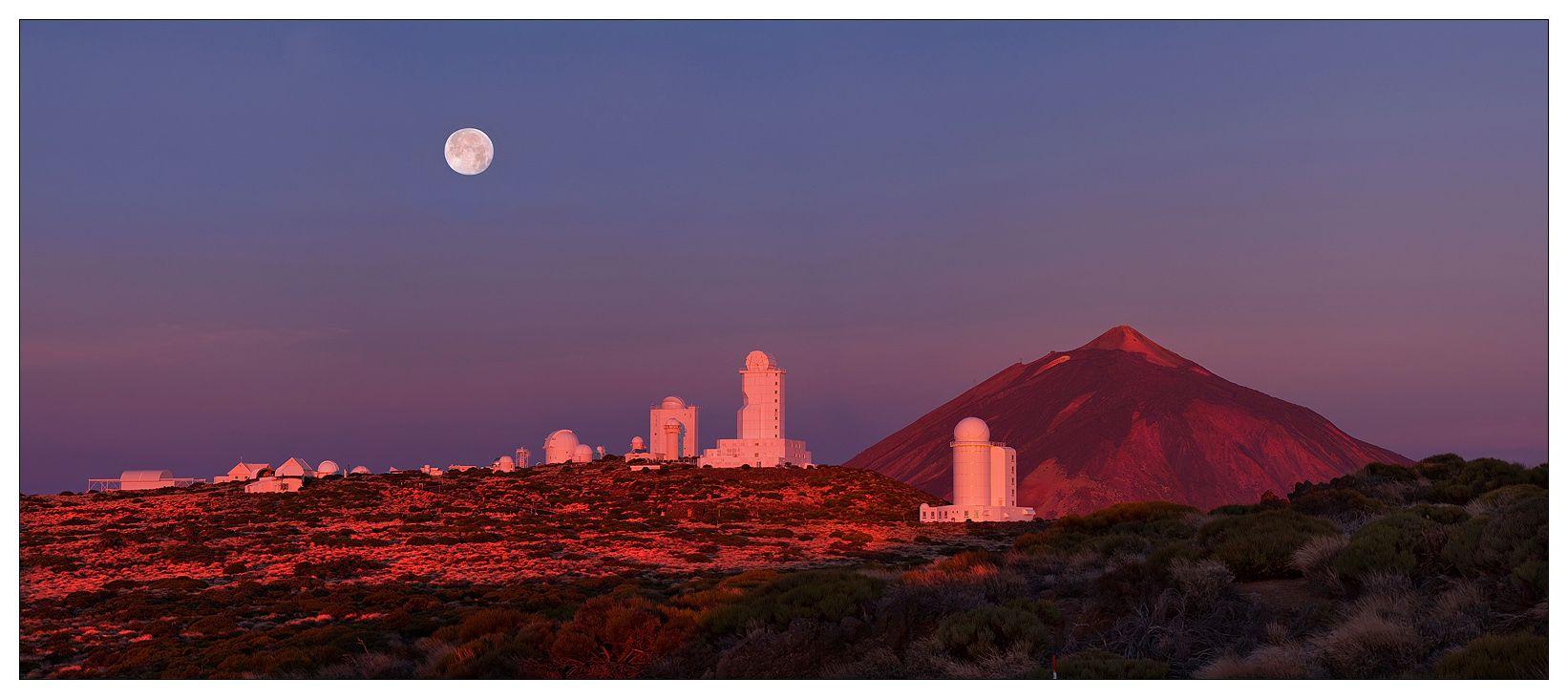 Обсерватория Тейде — астрономическая обсерватория, основанная в 1964 году на острове Тенерифе, Канарские острова, Испания. Является одной из первых международных обсерваторий в мире, в которой были установлены телескопы разными странами (19 стран на данный момент), так как в данной местности отличные астроклиматические условия. Обсерватория Тейде считается одной из крупнейших обсерваторий мира. Вокруг вершины вулкана, ниже обсерватории, почти всегда пояс из облаков. В момент восхода солнца, свет идет снизу и на 3-5 минут вершина вулкана и обсерватория освещается удивительным пурпурным светом...