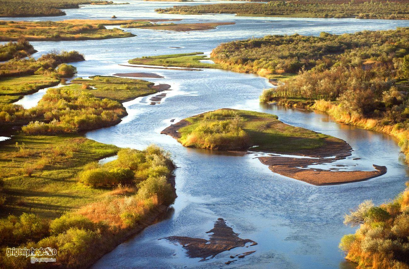 Река Или (кит. 伊犁河). Одна из самых больших и красивых водных артерий Казахстана. Берет свое начало в Китае, и впадает в озеро Балхаш. Общая протяженность 1439 км.