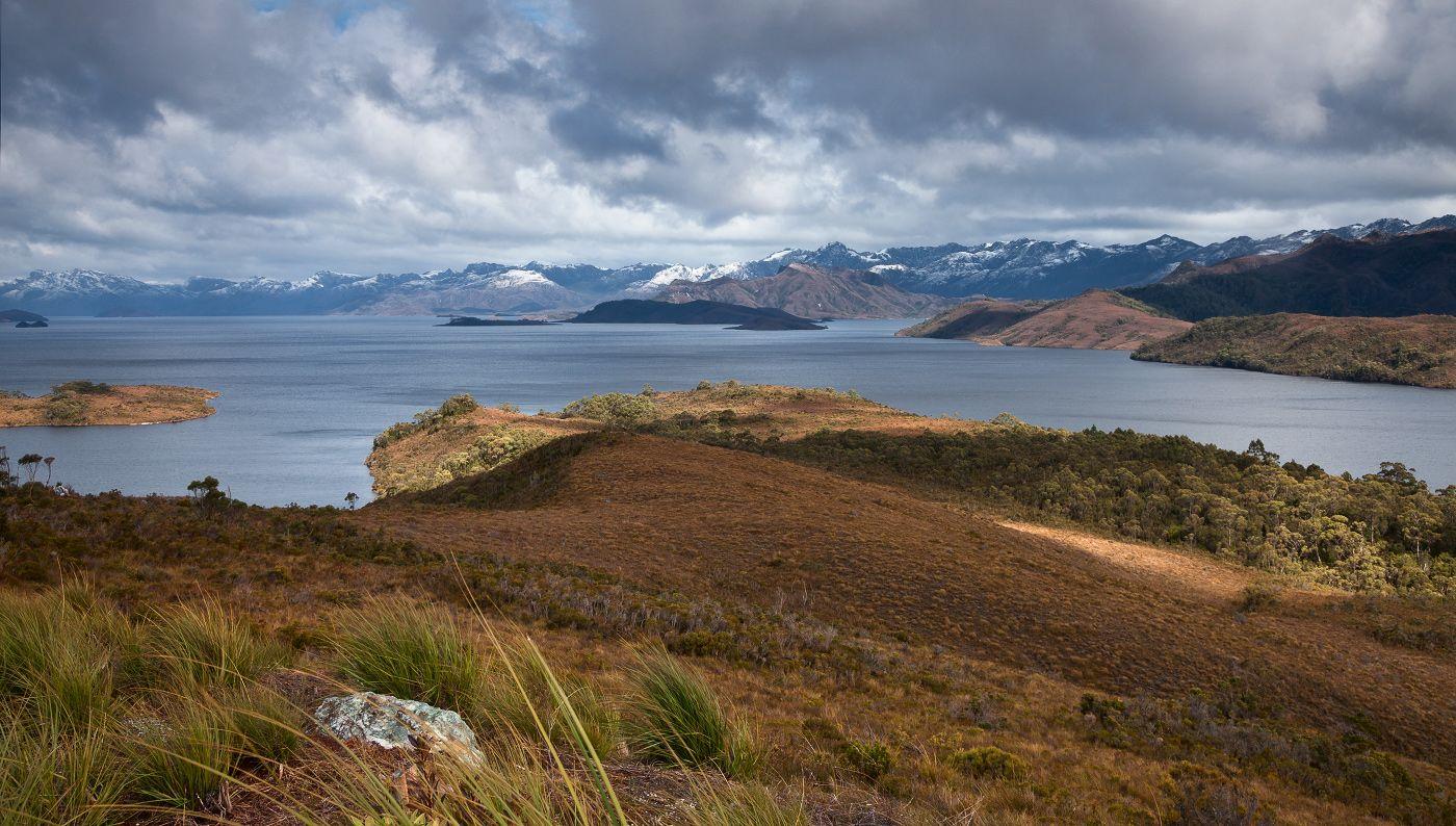 Вид на озеро Pedder  и Frankland Range