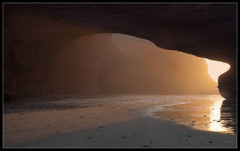 мелкая водяная пыль, поднимающаяся от накатывающих волн, преломляет солнечные лучи, и создает красивую, оранжевую завесу..