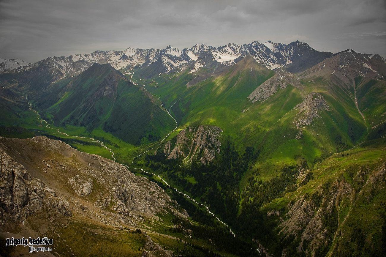 Казахстан - край преимущественно степной. Однако, юго-восток страны граничит с горной системой Тянь-Шаня, известного своими потрясающими по красоте пейзажами.