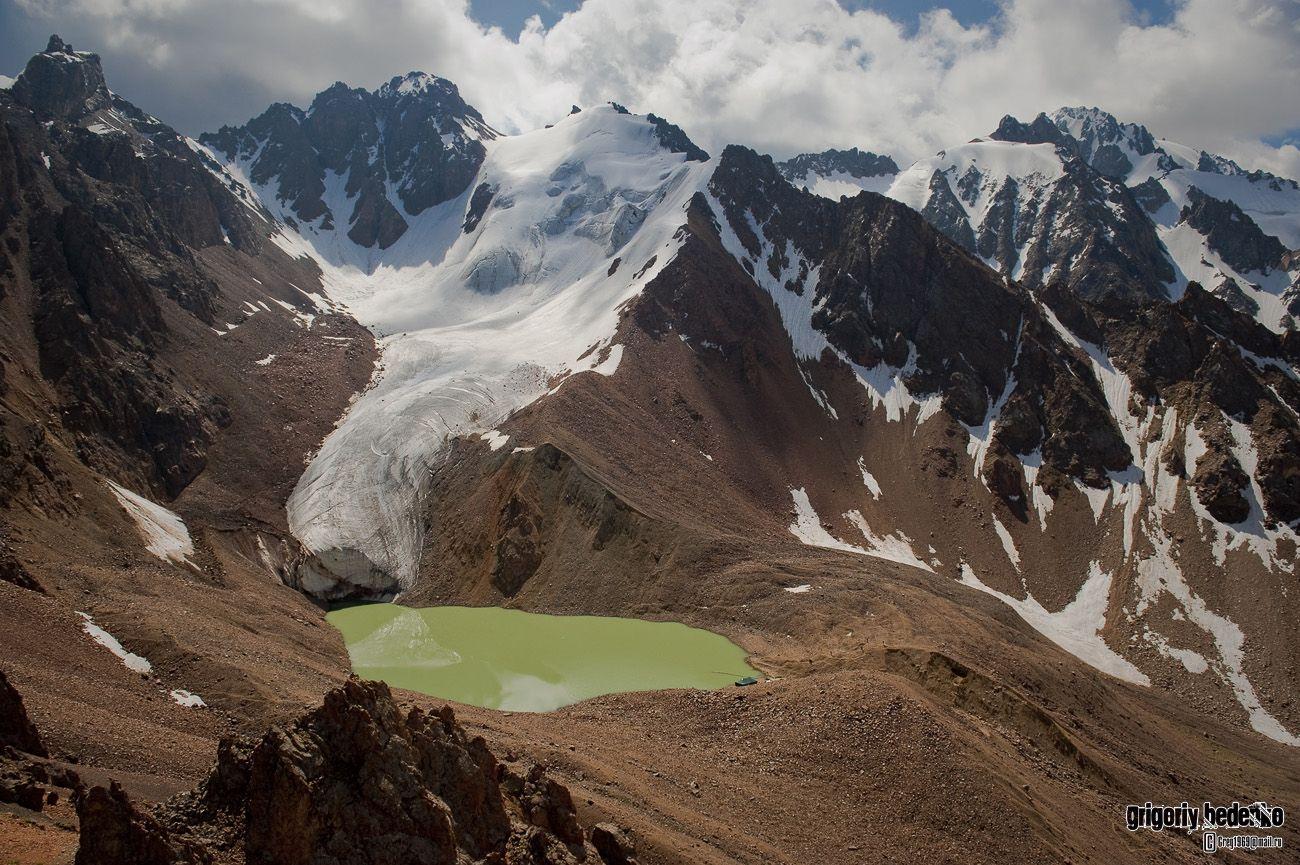 """Заилийский Алатау - самый северный горный хребет Тянь-Шаня. Ледник им. Маншук Маметовой и знаменитое озеро №6. На правом берегу водоема, у самого водостока можно разглядеть палатку, в которой живут специалисты """"Казселезащиты"""". Они проводят профилактически работы по контролю объема озера. Водоем считается прорывоопасным, что может вызвать разрушительный селевой поток. Совсем рядом внизу Алма-Ата."""