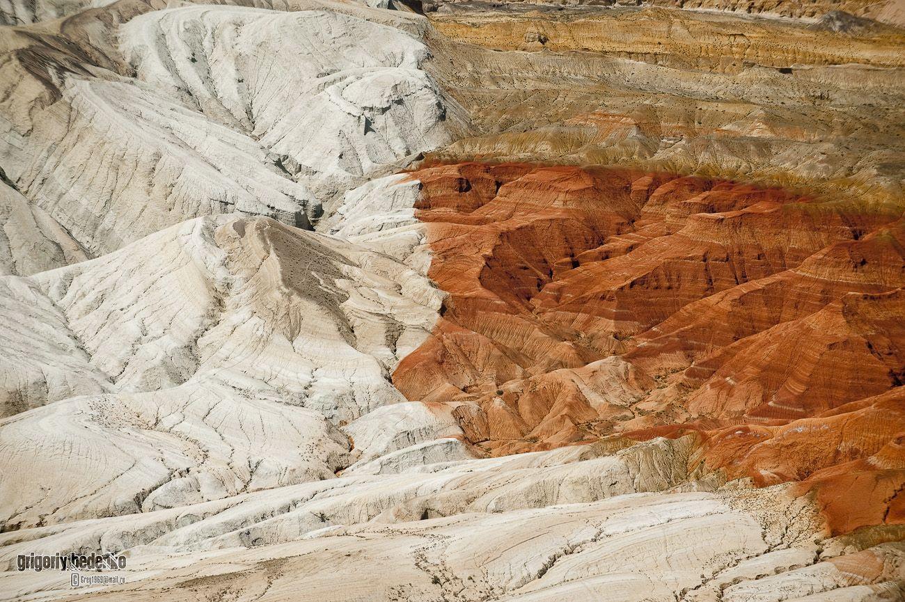"""С севера Заилийский Алатау граничит с национальным парком """"Алтын Эмель"""", где расположены горы """"Ак-Тау"""" (""""Белые горы""""). Здесь встречаются поражающие воображение сочетания известняка, песчаника и доломита."""