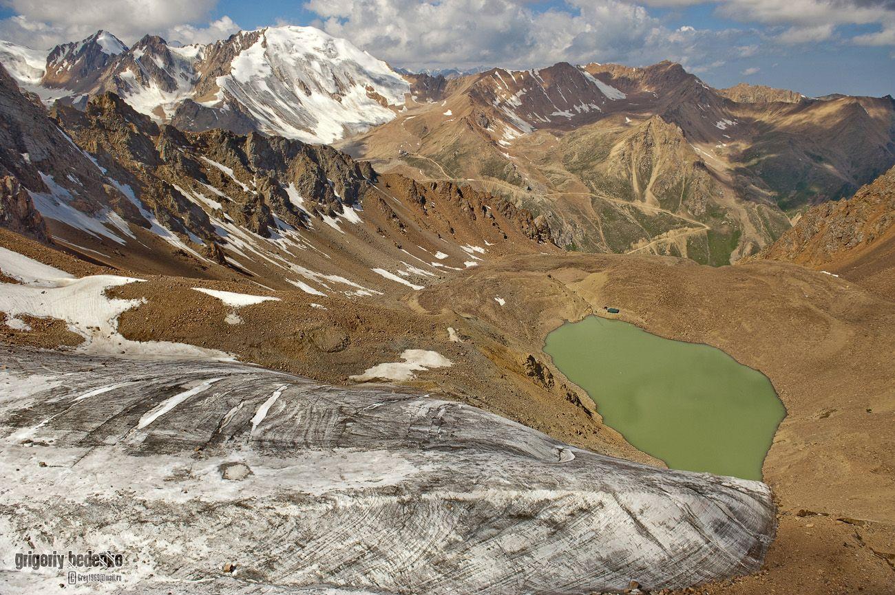 """Ледник им. Маншук Маметовой с необычного ракурса. На заднем плане - один из самых больших глетчеров в Заилийском Алатау под названием """"Туюк Су""""."""