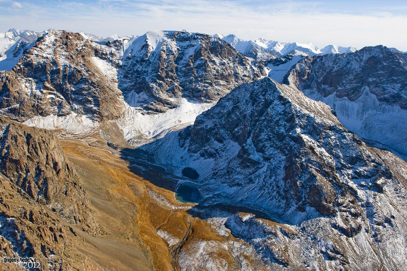 Ледниковая зона Джунгарского Алатау. Высота 4500 метров над уровнем моря. Снимал через открытые двери вертолета, пристегнувшись страховочным поясом. Было трудно дышать, кружилась голова, а в лицо била струя ледяного  воздуха…