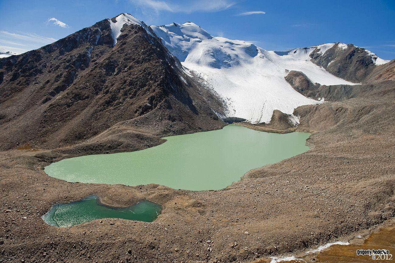 """Знаменитый """"Капкан"""" – самое большое моренное озеро в Джунгарском Алатау. Объем 3,7 миллиона кубометров, длина 800 метров, ширина 400 метров, глубина 42 метра."""