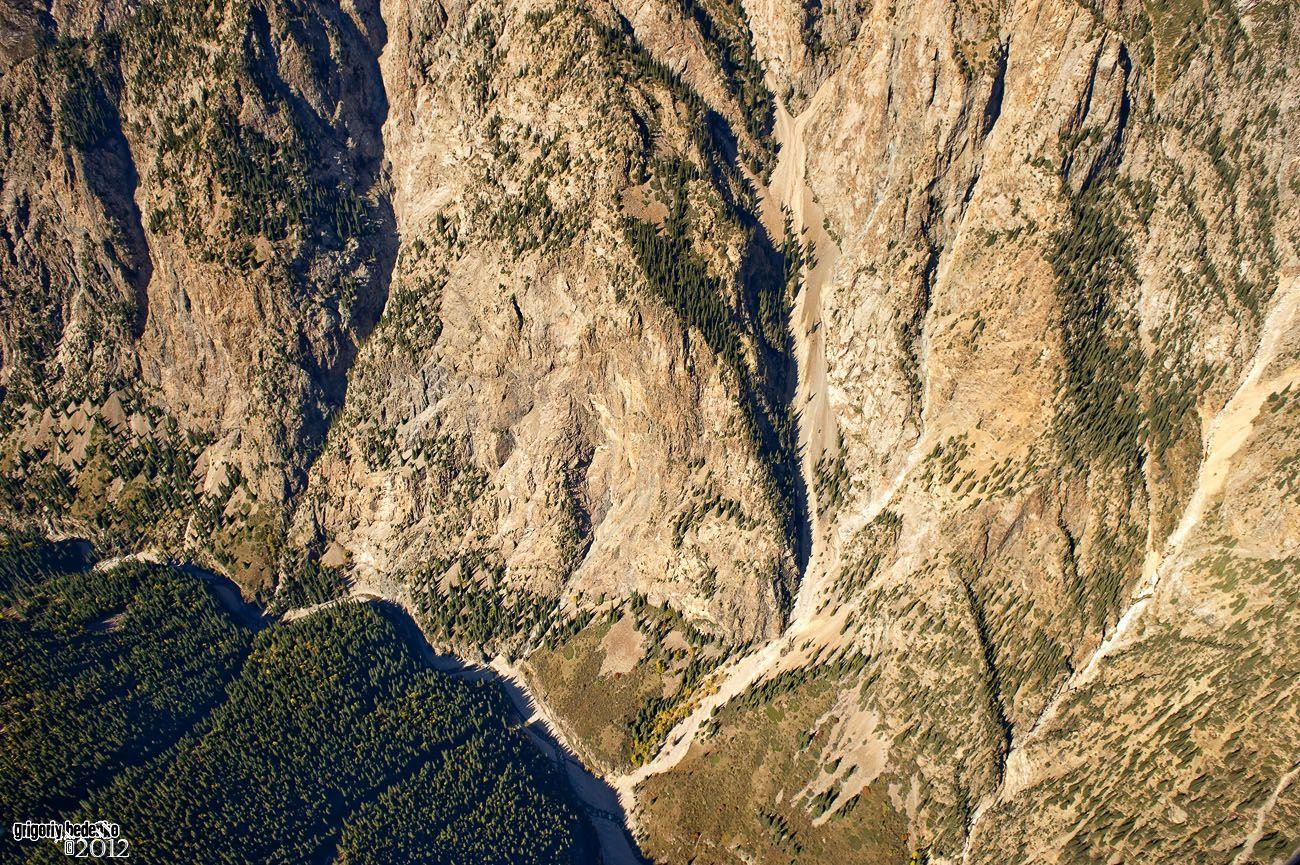 Джунгарский Алатау отличается очень крутыми и глубокими ущельями. Здесь много полноводных рек и огромное количество озер. Места абсолютно дикие и необитаемые, рядом граница с Китаем.
