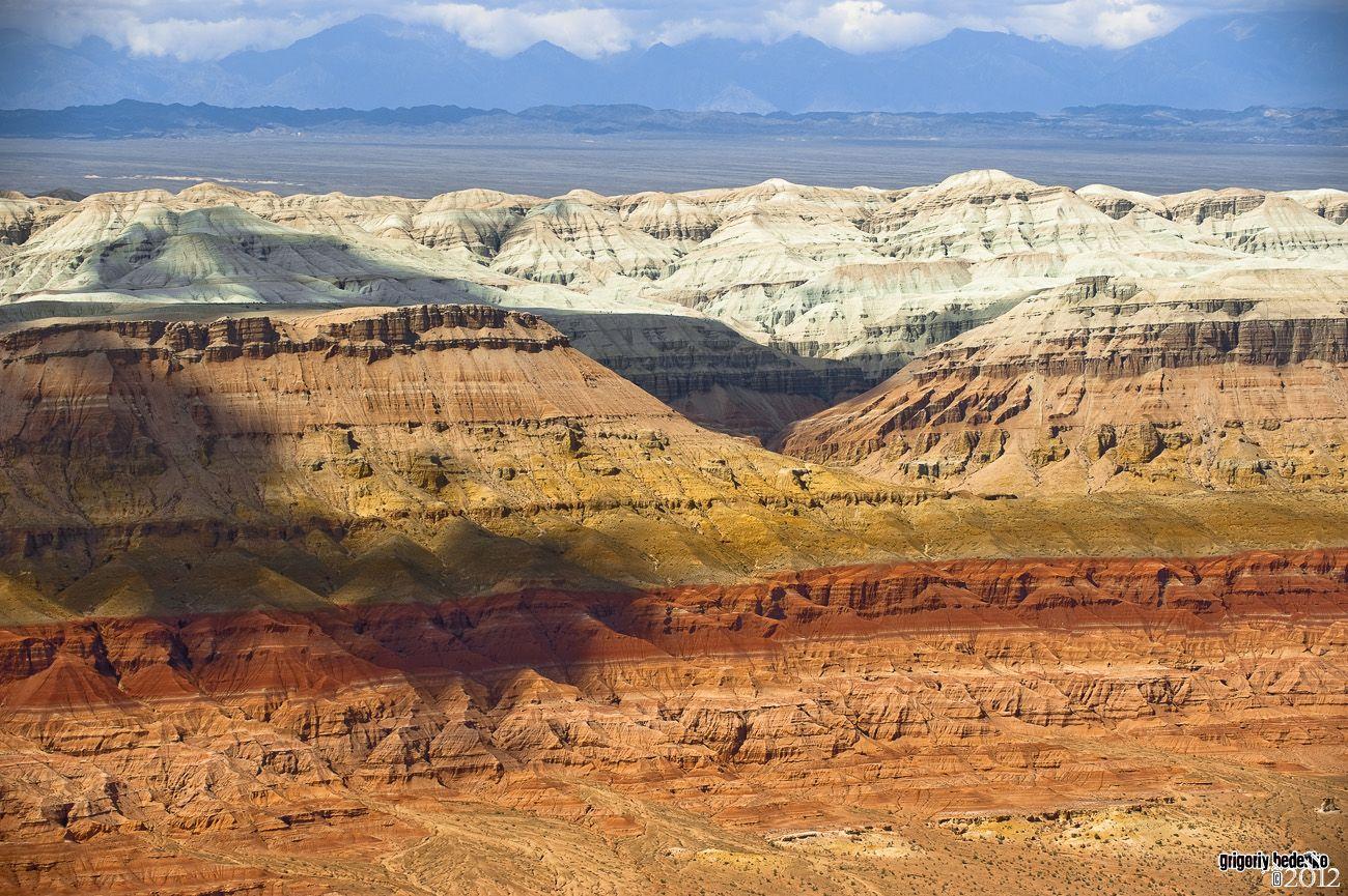 """Национальный парк """"Алтын Эмель"""". Горы """"Ак-Тау"""" – гибридные структуры из песчаника, известняка и доломитовой глины."""