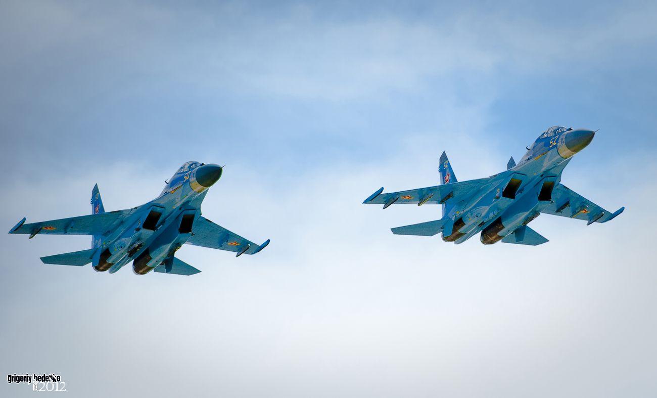 Проход пары Су-27 УБМ 2 (многоцелевых высокоманевренных всепогодных истребителей четвёртого поколения), модернизированных в Белоруссии до уровня 4+.