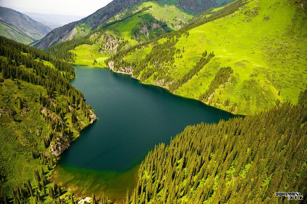 """Озеро """"Средний Кульсай"""". Входит в систему из трех очень красивых водоемов, расположенных каскадом. В этом месте создан национальный парк."""