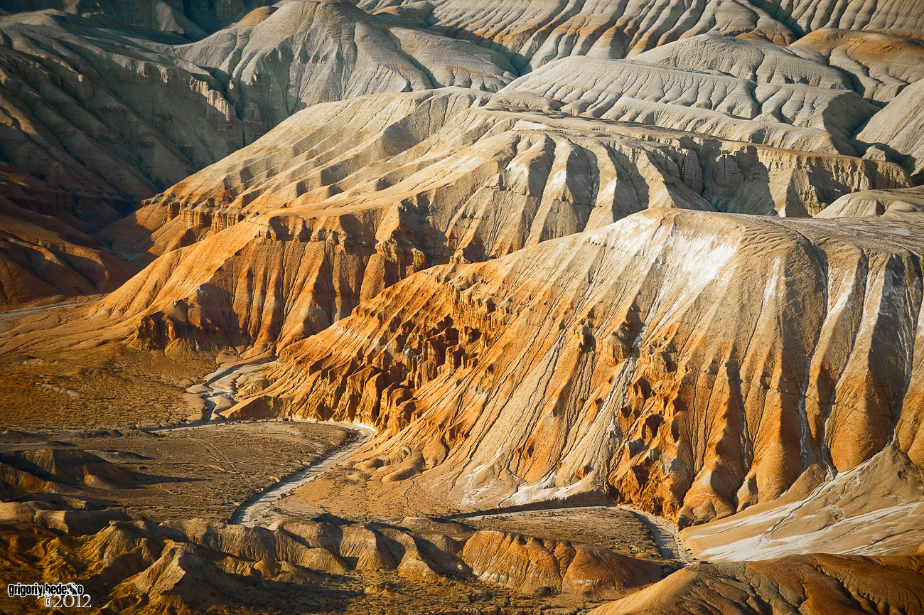 """Национальный парк """"Алтын Эмель"""". Горная система под названием """"Ак-Тау"""". Причудливые формы в гибридных структурах из известняка, песчаника и и доломитовой глины образованы в результате ветровой и водяной эрозии."""