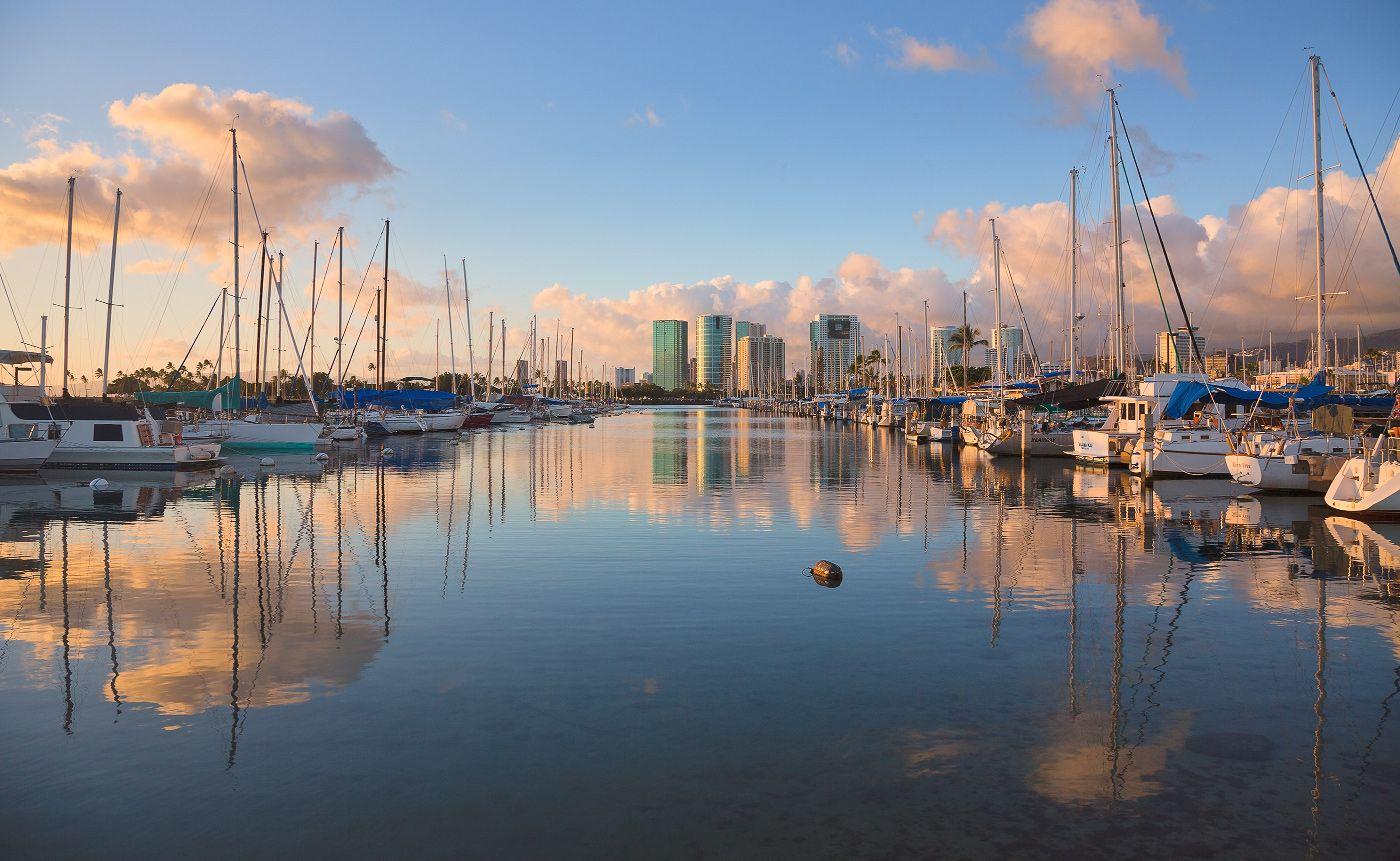 Пожалуй, не каждый может себе позволить яхту. Но когда смотришь на то, сколько их на острове Оаху, начинаешь задумываться о том, сколько же богатых людей живет в Гонолулу:-)?