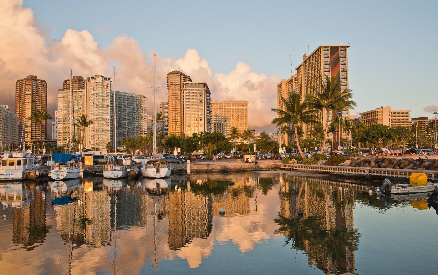 """Название города менялось несколько раз. Кулолиа (Kulolia) - полинезейское название гавани Гонолулу. В 18-19 вв. - """"Гавань Брауна"""" (Brown's Harbor англ.) - в честь капитана Вильяма Брауна (William Brown), первым зашедшим в гавань Гонолулу, а с  19 века Гонолулу"""