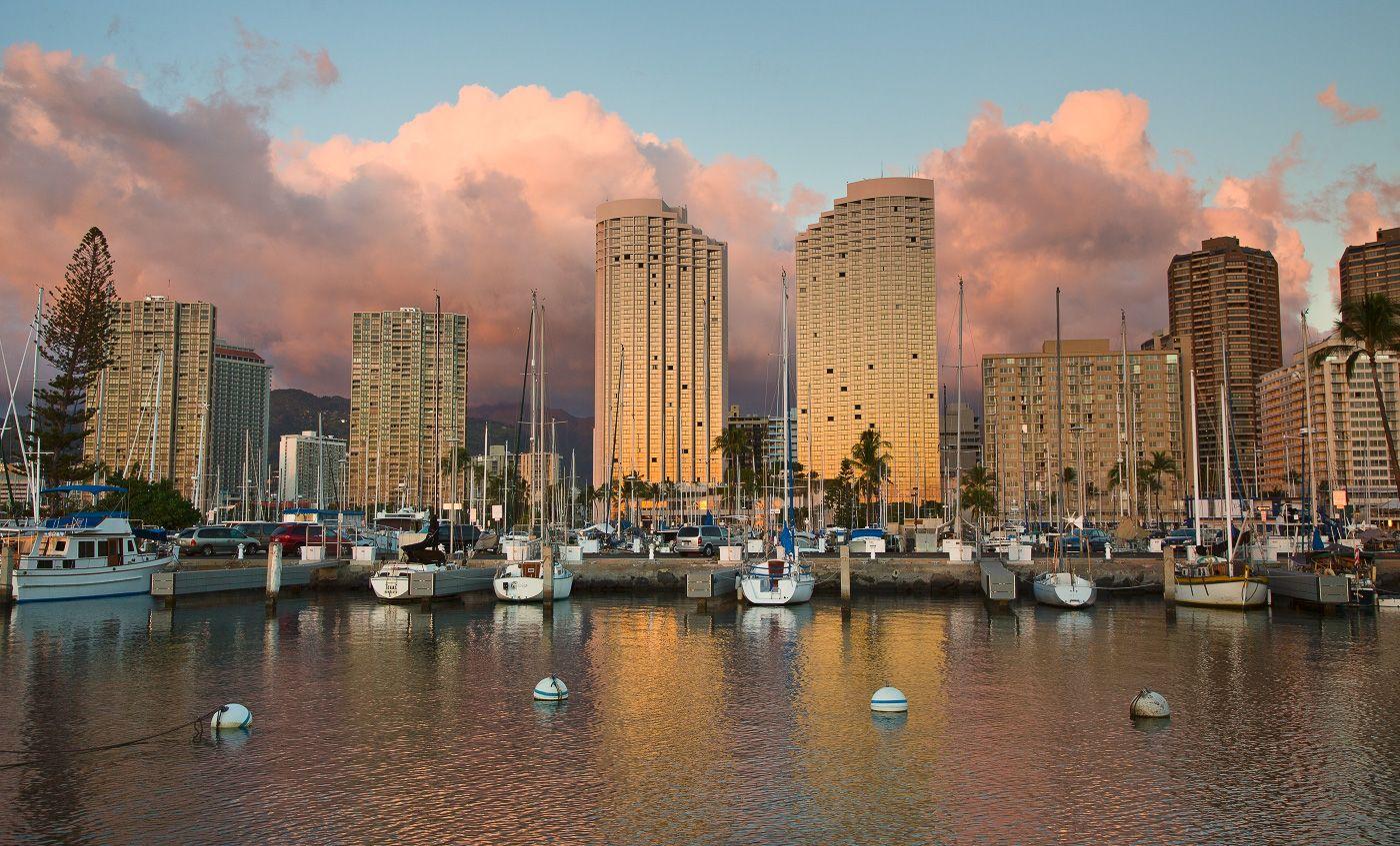 Многоэтажная красота - это только на побережье океана и в основном для туристов, сами же обитатели острова ютятся в довольно маленьких и на вид бедных домиках или квартирках, расположенных в глубине острова.