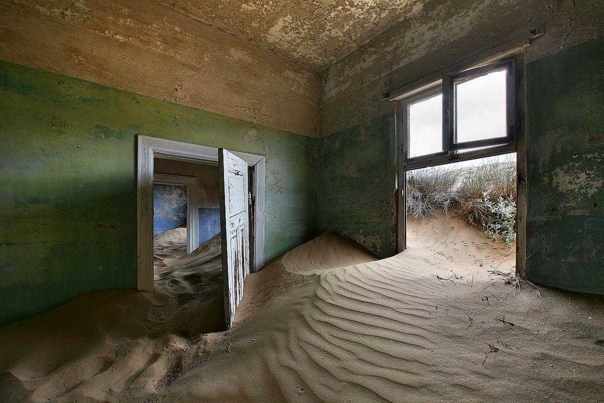 В то время все океанское побережье Намибии принадлежало Германии, поэтому новорожденный эпицентр алмазной лихорадки был построен в немецком стиле и с немецкой же основательностью. Африку тут не напоминало ничего, кроме песка и жары. В старательском городе Колманскопе были открыты больница, электростанция, танцевальный зал, театр, казино, а также зал для игры в боулинг.