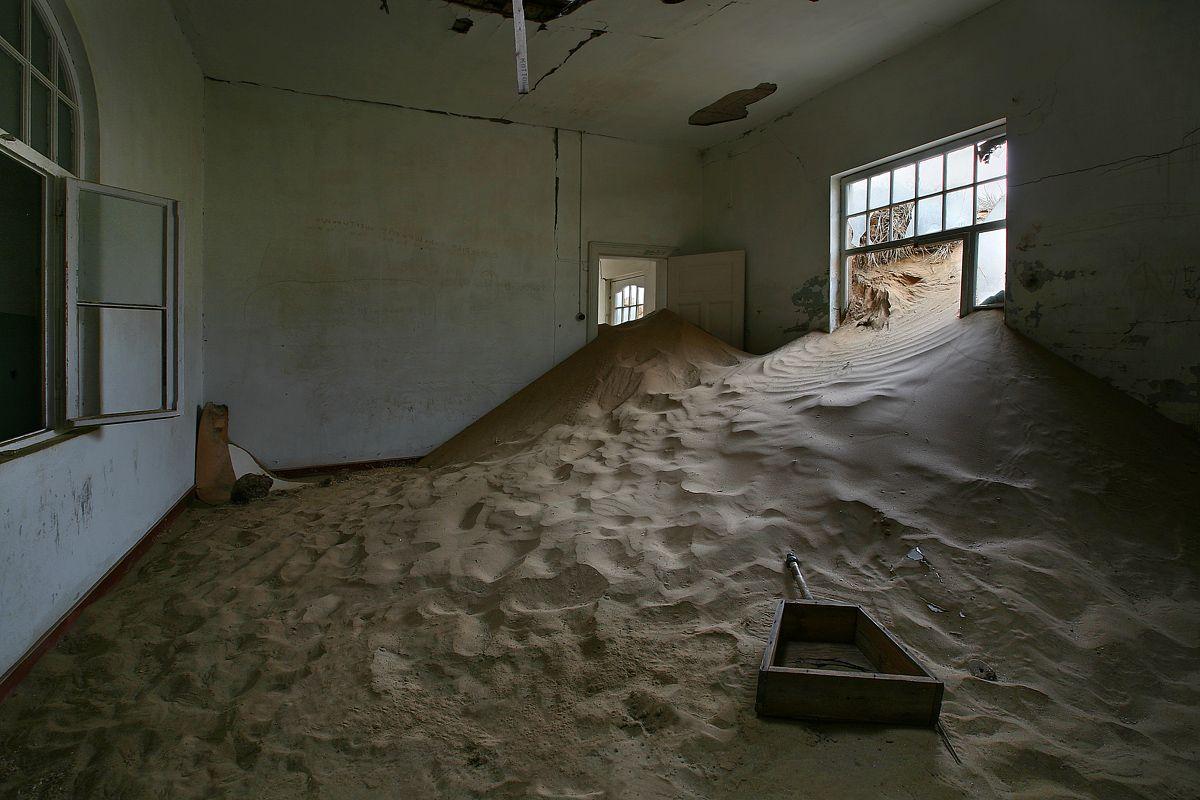 С тех пор Колманскоп так и стоит удивительным заброшенным городом посреди песчаной пустыни. Сегодня о былой славе Колманскопа мало что напоминает - в некогда шикарных домах живет песок и гуляет ветер. В 1980 г. местный алмазный трест немного подлатал домишки, кое-где выгнал особо обнаглевшие дюны и назвал Колманскоп музеем под открытым небом.