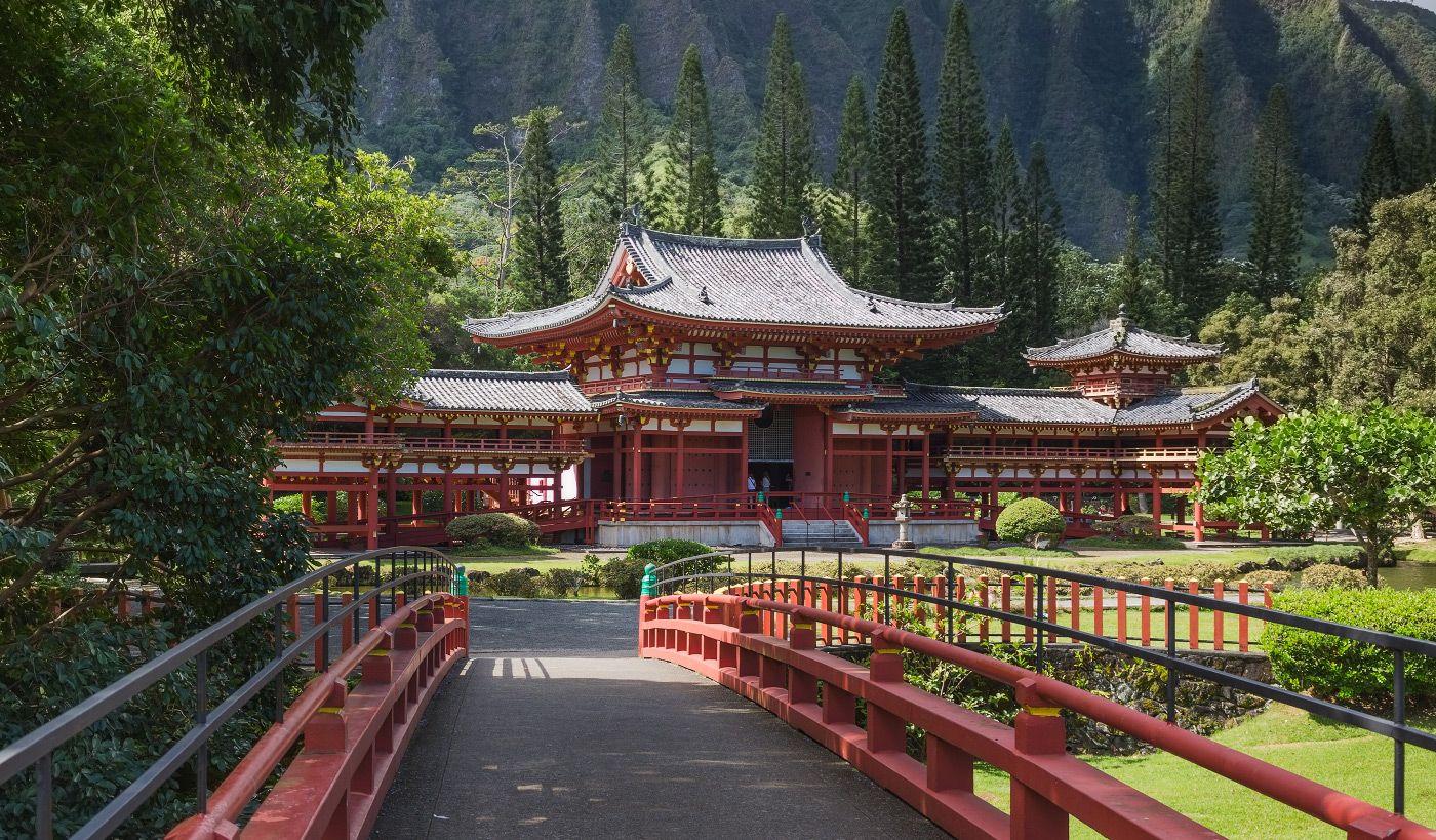 1. Первые японци прибыли на Гавайи в поисках работы на плантациях сахарного тростника. 7 июня 1968 году к 100-летнему юбилею посeления первых японцев на острове Оаху был построен храм Бёдо-ин.