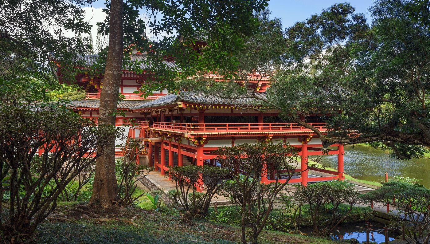 3. Буддийский храм Бёдо-ин расположен в долине храмов , на безветренной стороне острова у подножья горы Ko'olau.