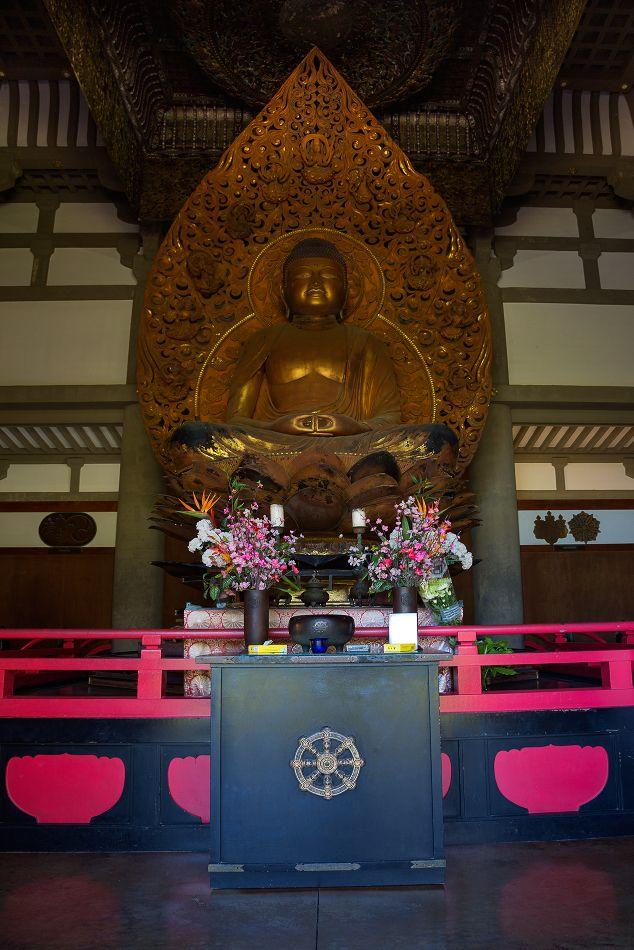 6. В храме хранится 3-метровая статуя Будды, восседающего на цветке лотоса. Это самая большая деревянная статуя Будды, которая была вырезана за последние 900 лет. Статуя покрыта золотом и лаком.