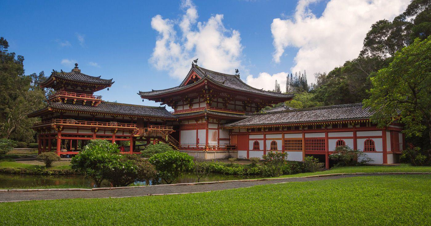 7. Храм НЕ действующий и всегда открыт для туристов, а так же для свадебных церемоний гавайцев или гостей из Японии. Но есть на территории храма специальный дом с нишами для медитации.