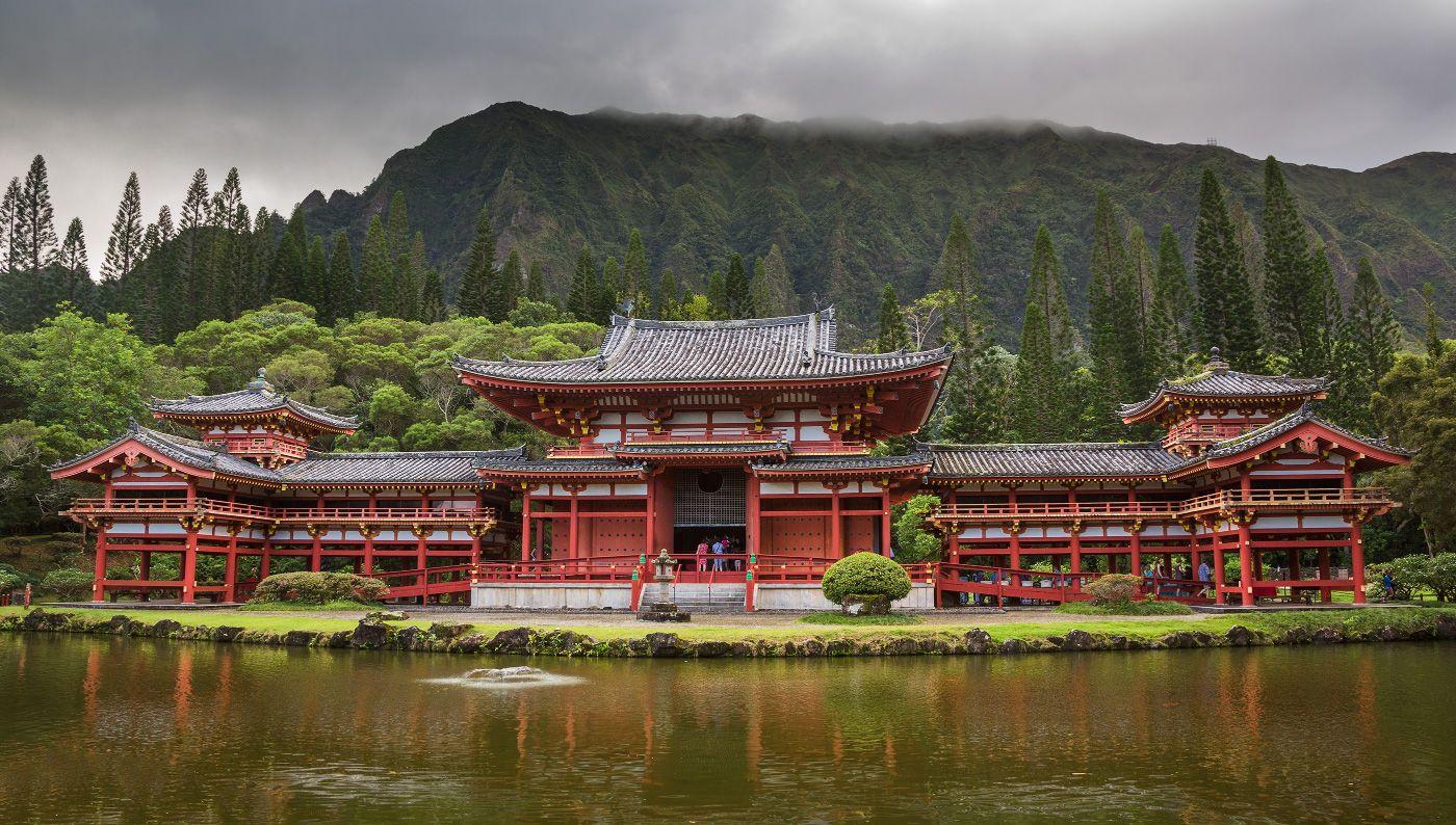 """9. На стенах изображена """"Хо-о"""" - мифическая китайская птица. Края крыши также украшены изображениями этих птиц, а само здание называется Хо-о-до, или зал Феникс."""