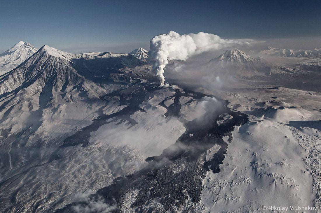 Продвижение потока вперёд практически прекратилось. За счёт поступления свежей лавы происходит наращивание высоты и объёма.