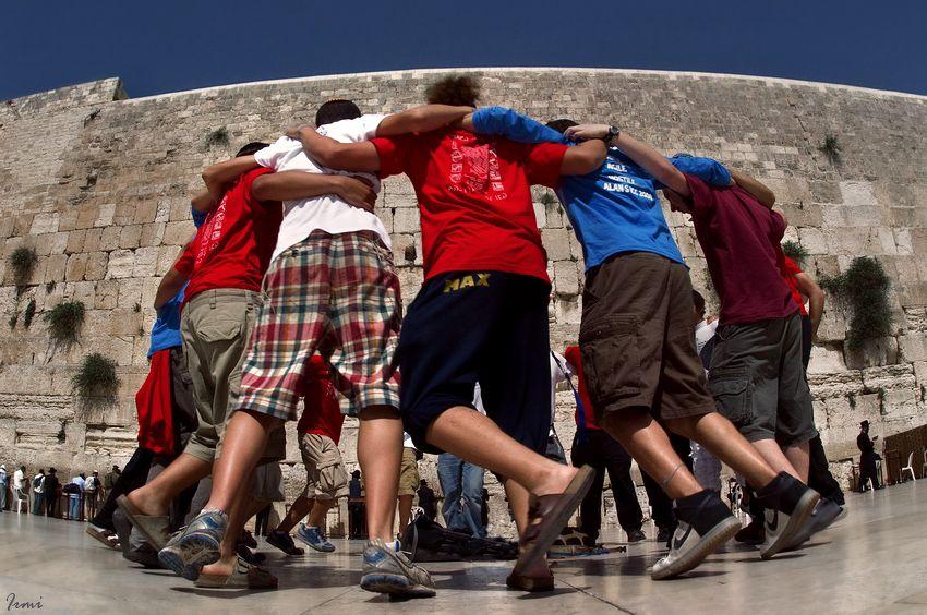 группа ребят, перед отправкой в армию, пришли помолиться у Стены и завели вот такой танец-хоровод!