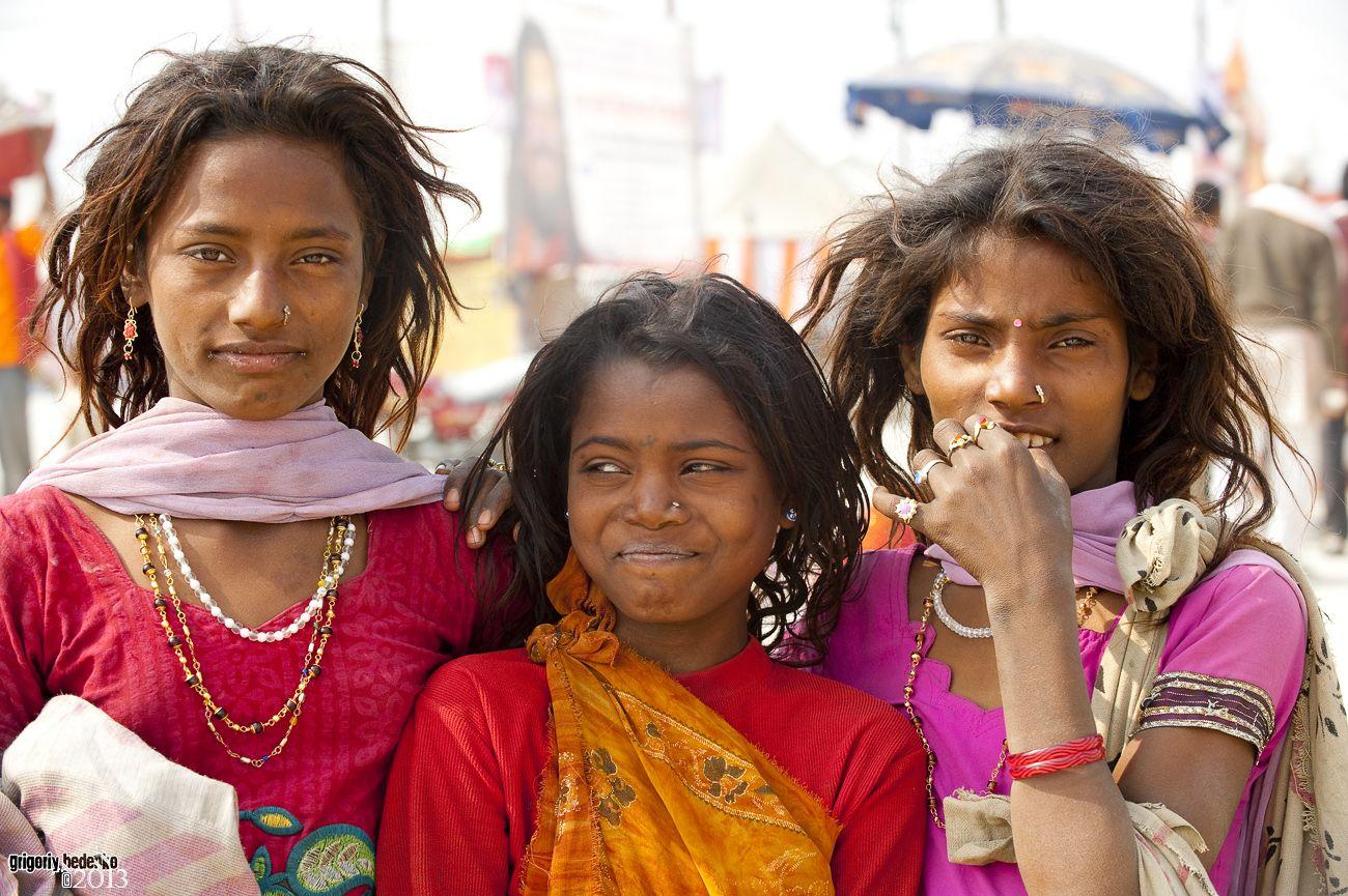 Верующие приезжают в Аллахабад со всей страны целыми семьями, с детьми и стариками. Одни паломники постоянно сменяют других, и так продолжается на протяжении всей Кумбха Мелы, больше месяца. Аллахабад для индуистов – это Святая Земля.