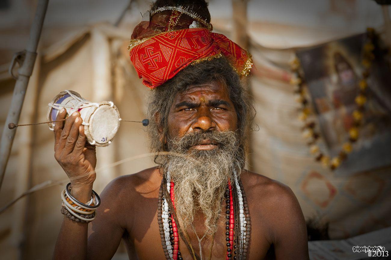 Цель паломничества не ограничивается лишь омовением в Ганге. Люди приходят послушать индуистских святых (садху), и получить у них благословение.