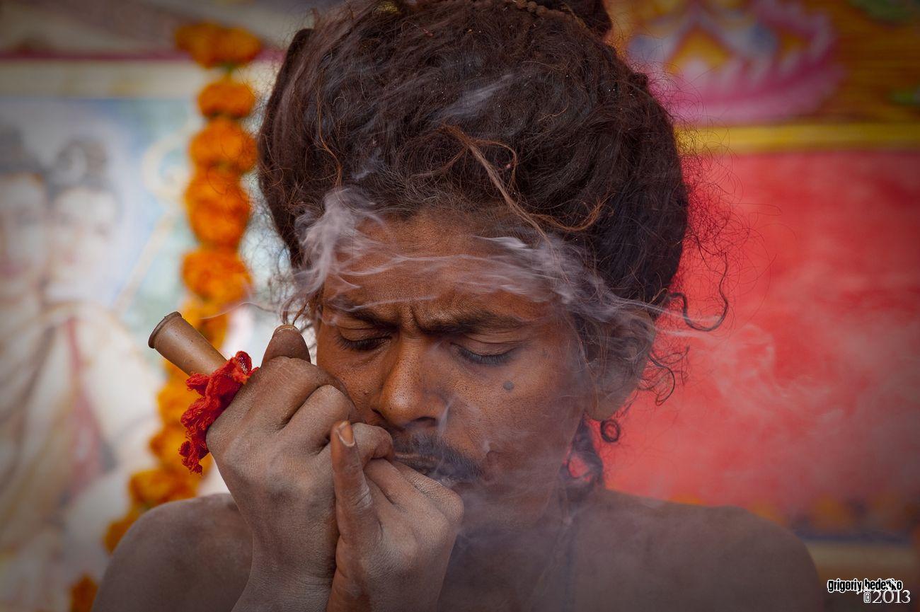 """Курение гашиша считается частью религиозных практик садху. Очевидно речь тут идет о том, что психологи называют """"расширением сознания""""."""