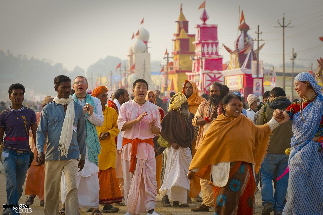 Поклонники индуистского бога любви Кришны. Они приезжаю на Кумбха Мелу со всего мира.