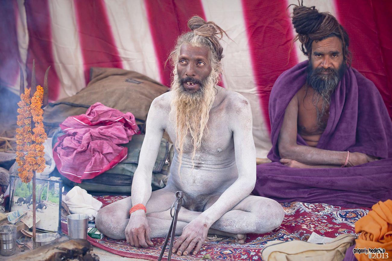 Садху ведут аскетический уединенный образ жизни. Они живут в тропических лесах, занимаясь медитацией и философскими размышлениями. Раз в 12 лет аскеты выходят из своих затворов, чтобы посетить Кумбха Мелу и поделиться своими знаниями с простыми мирянами.