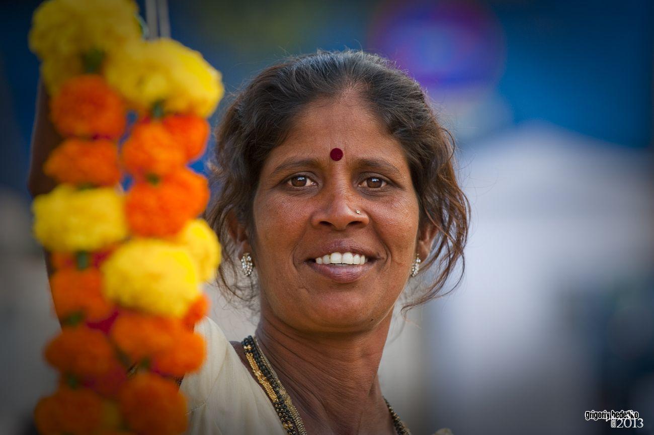Женщина с цветочными гирляндами.