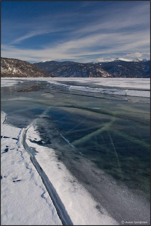 Вода выдавливается из трещины и оголяет ледяные узоры