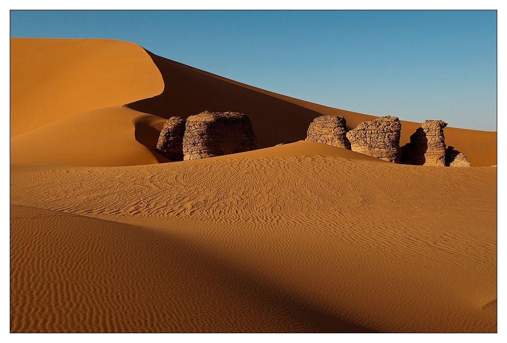 Спокойно, плавно дышит время.  Куда поделось жизни бремя?!  Один. В пустыне никого.  Течет земля густым песком,   И нет ни боли, ни тревоги.