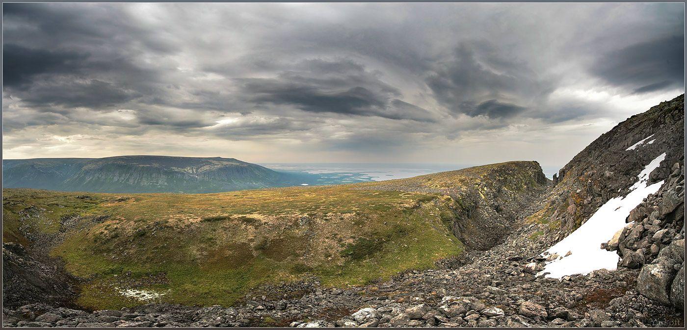 Вид на Ловозеро, горы Ловозерские тундры.