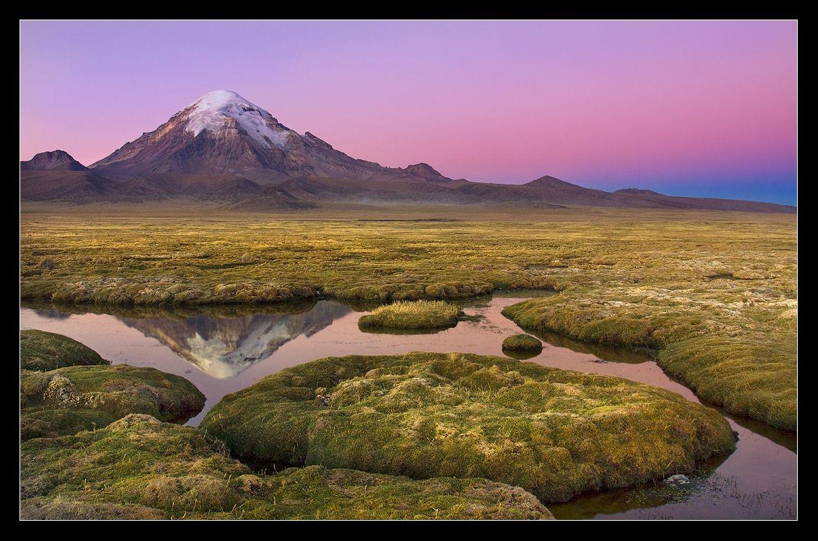 Только что село солнце... На высокогорном Боливийском Альтиплано иногда возможно увидеть такой оптический эффект-в стороне, противоположной закату,полосами раскрашивается небо-от темно синего,до розового и нежно-фиолетового.Длится этот эффект всего 5 минут.....