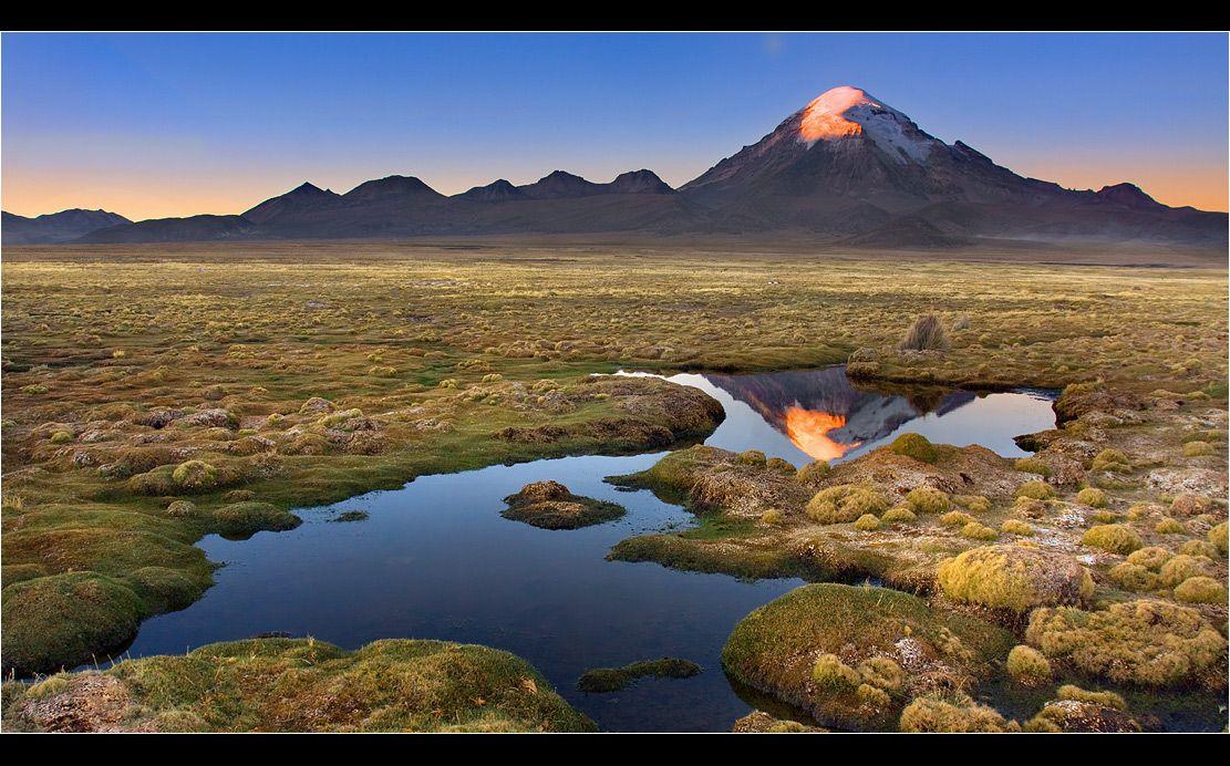 последние лучи солнца освещают вулкан Сахама-доминантный вулкан Боливийского Альтиплано....