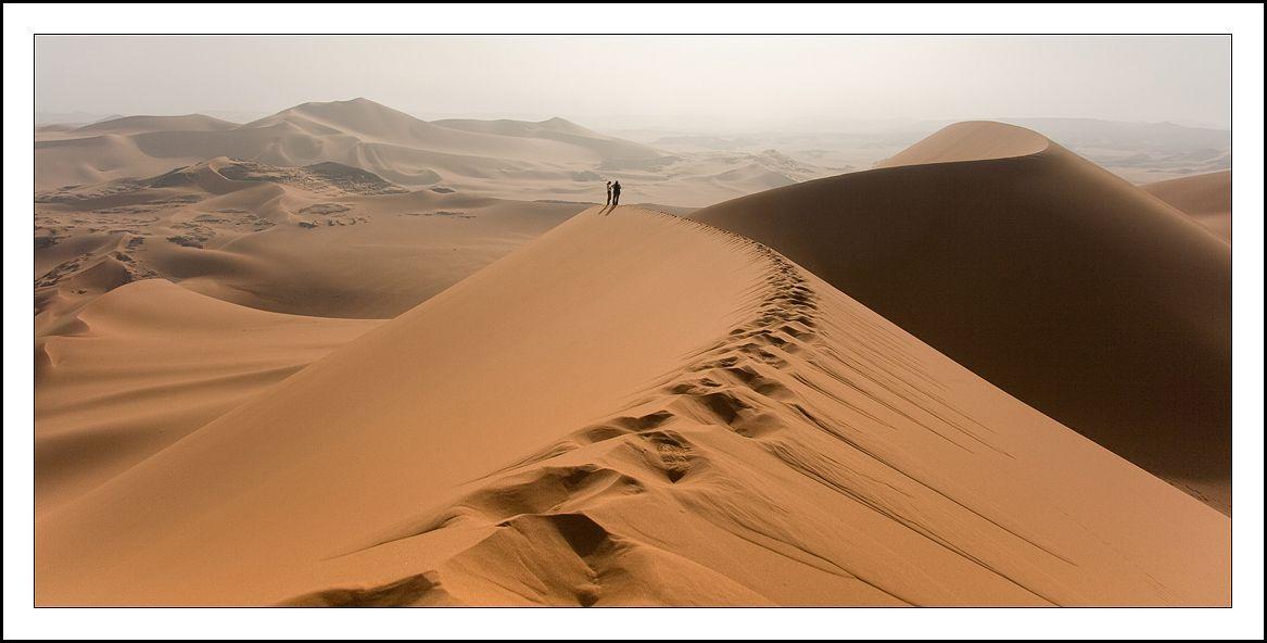 Для чего люди едут в пустыню? Может ли кто-то дать однозначный ответ? Когда мои родные узнали, что я купила билеты в Алжир, они в голос воскликнули: -что ты хочешь там увидеть? Это же пустыня! От слова - пусто! Там же абсолютно ничего нет! Что там на самом деле я представляла себе слабо, хотя до этого уже побывала в нескольких пустынных местах. Самые сильные впечатления оставила пустыня Намиб, с ее бескрайними просторами и красными песками. Захотелось сравнить. Какова же она, самая безлюдная и самая неприветливая пустыня мира - Сахара? Ответить на этот вопрос я не смогу и сейчас, потому что Сахара- это в первую очередь ты сам, твои переживания и ощущения, мир, твоими глазами. По-другому можно было бы сказать - найти себя в песках Алжира. Потому как, там действительно пусто. Очень тихо. Космическое пространство затерянного прошлого Земли. Ни людей, ни зверей. Почти вакуум…..