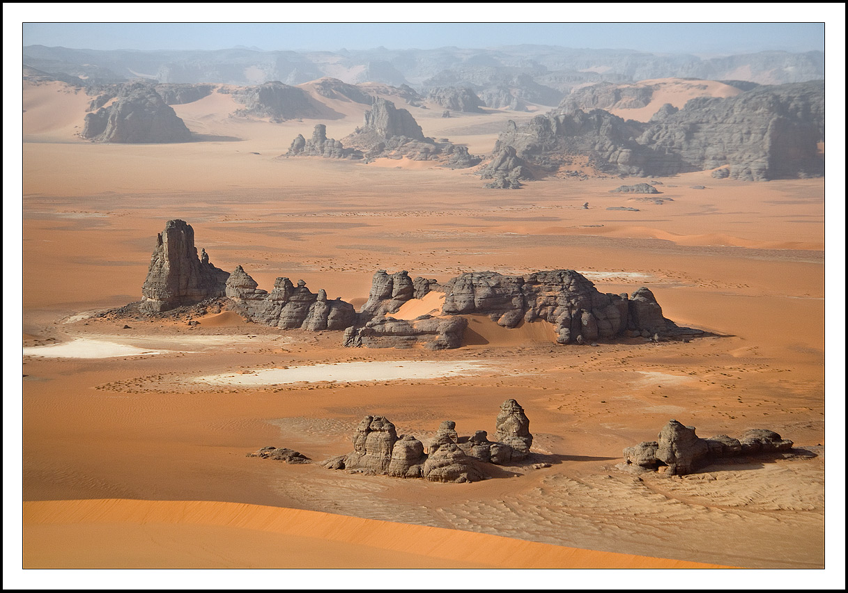 Пол-вечера решаем с туарегами вопрос нашего раннего выезда на дюну Тин Мерзуга. Мы непременно хотим попасть туда как можно раньше. И пытаемся донести им на смеси всех языков,что владением....Парируем все их аргументы,о том, что надо встать еще затемна, собрать лагерь,уложить все вещи,вскипятить пару литров чая!(ну...,мы помним,чай нельзя быстро выпить, им надо н-а-с-л-о-ж-д-а-т-ь-с-я!)....и под конец, на возглас -вы останетесь без завтрака!, мы на чистом хинди им отвечаем: -ок!но мы непременно должны попасть на дюну Тин Мерзуга на рассвете!