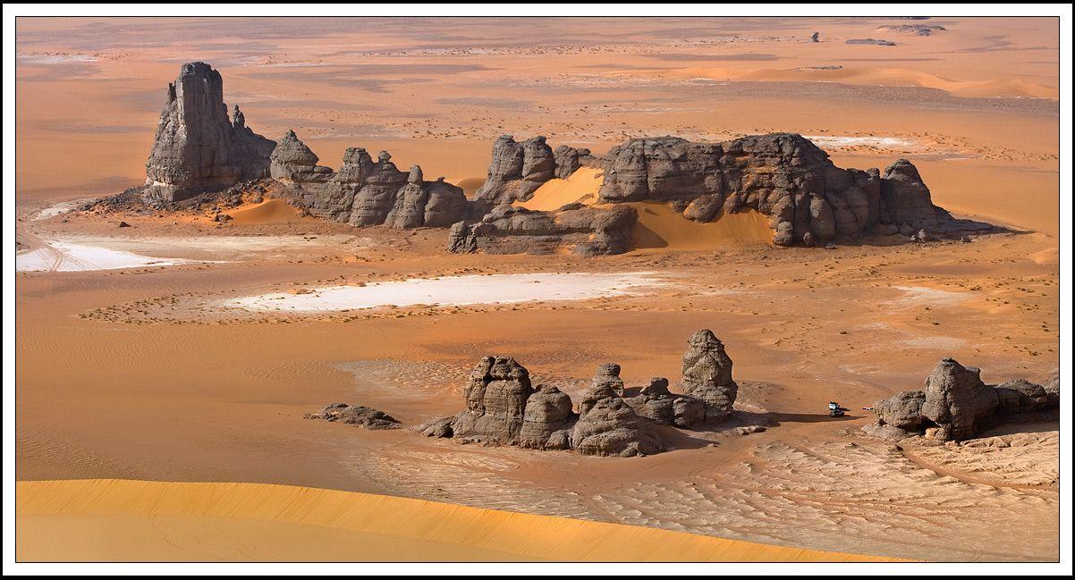 И мы ни капельки об этом не пожалели! Это утро было одно из самых красивых. Только восхождение на эту дюну чего стоило! ярко-красный песок при низком освещении солнца, девственно чистый от всех следов, полная тишина....и виды! открывающиеся сверху виды! Так и вертелось на языке только одна фраза-* Когда Земля была Марсом*...По другому Эту территорию просто и не назвать…