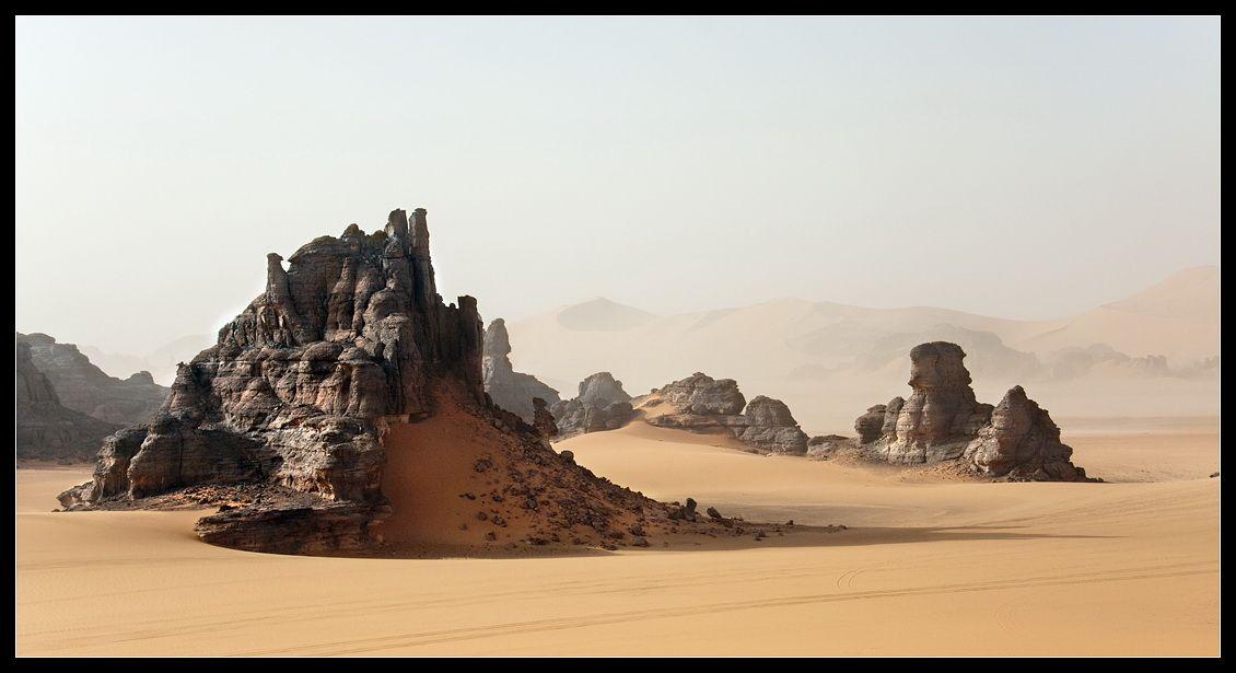 Теперь, проехав не один километр пути в Алжире, я могу сказать. что Тин Мерзуга - это то самое место, которое невозможно больше нигде увидеть и невозможно ни с чем сравнить. Когда вы впервые попадаете сюда, то испытываете невероятное ошеломление. Дежавю на уровне клеток и памяти генов. Наверно именно так выглядела наша Земля миллионы лет назад. А теперь это Марс, Венера или еще какая-то неизведанная планета.