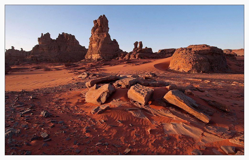 Мне не забыть марсианские скалы  Вечности холод и ветер в висок  Желтое солнце, пустые каналы  И без конца этот Красный Песок