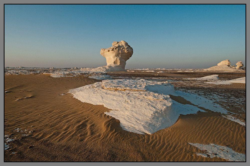 И нет движенья, нет покоя...  Застывший зной. Устал верблюд.  Пески. Извивы желтых линий.  Миражи бледные встают -  Галлюцинации Пустыни.