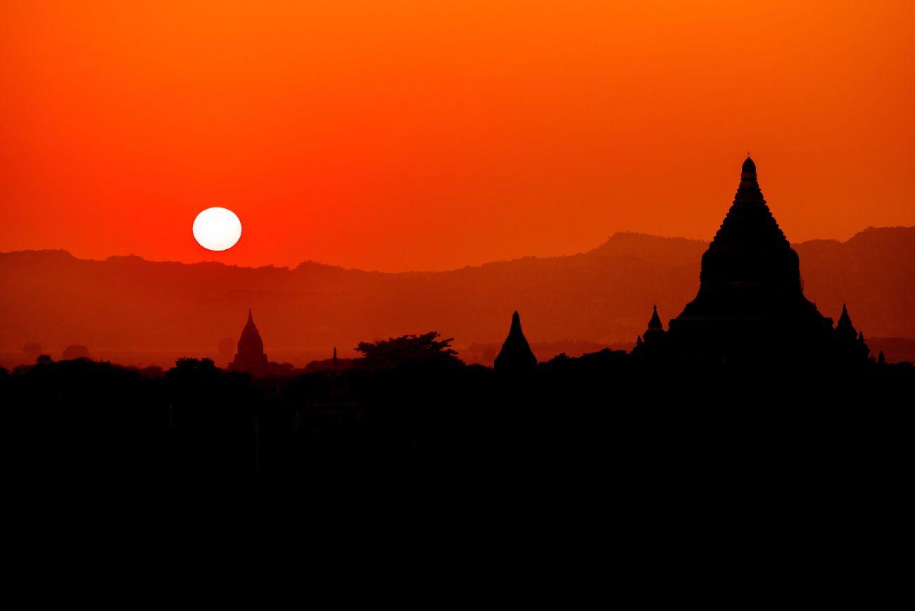 Закат в Багане.