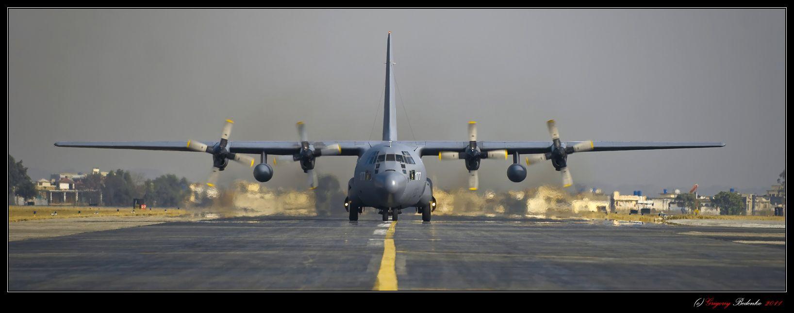 Первое впечатление от Пакистана – только что приземлившийся Lockheed C-130 Hercules пакистанских военно-воздушных сил. Гуманитарную помощь для пострадавших от наводнения жителей этой страны мы доставили на военно-воздушную базу Чаклала, близ Исламабада. Говорят, что именно отсюда в 1960-м году вылетел в свой исторический разведывательный полет на самолете U-2 Фрэнсис Гарри Пауэрс.