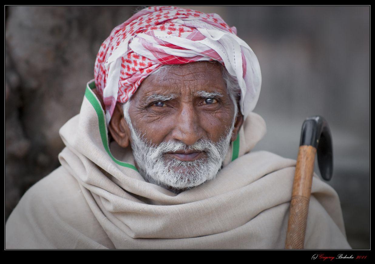 """Пакистану, как суверенному государству  уже 60 лет, но до сих пор эту очень интересную на мой взгляд, мультикультурную страну, в буквальном смысле, разрывают всевозможные внутренние противоречия, """"неудобное"""" геополитическое положение и столкновения фундаментального Ислама со светским образом жизни. Этот пожилой человек, наверное, был свидетелем создания Пакистана, видел живого Мухаммеда Али Джинну, Зульфикара Али Бхутто и генерала-фундаменталиста Мухаммеда Зия-уль-Хака."""