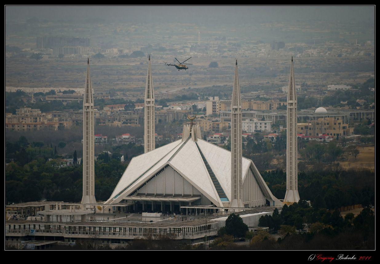 Исламабад . Вертолет пакистанских ВВС, кстати, новейший российский Ми-171 пролетел прямо над мечетью Файсал. Пакистан – страна предельно милитаризированная, поэтому военная техника и вооруженные люди здесь на каждом шагу.