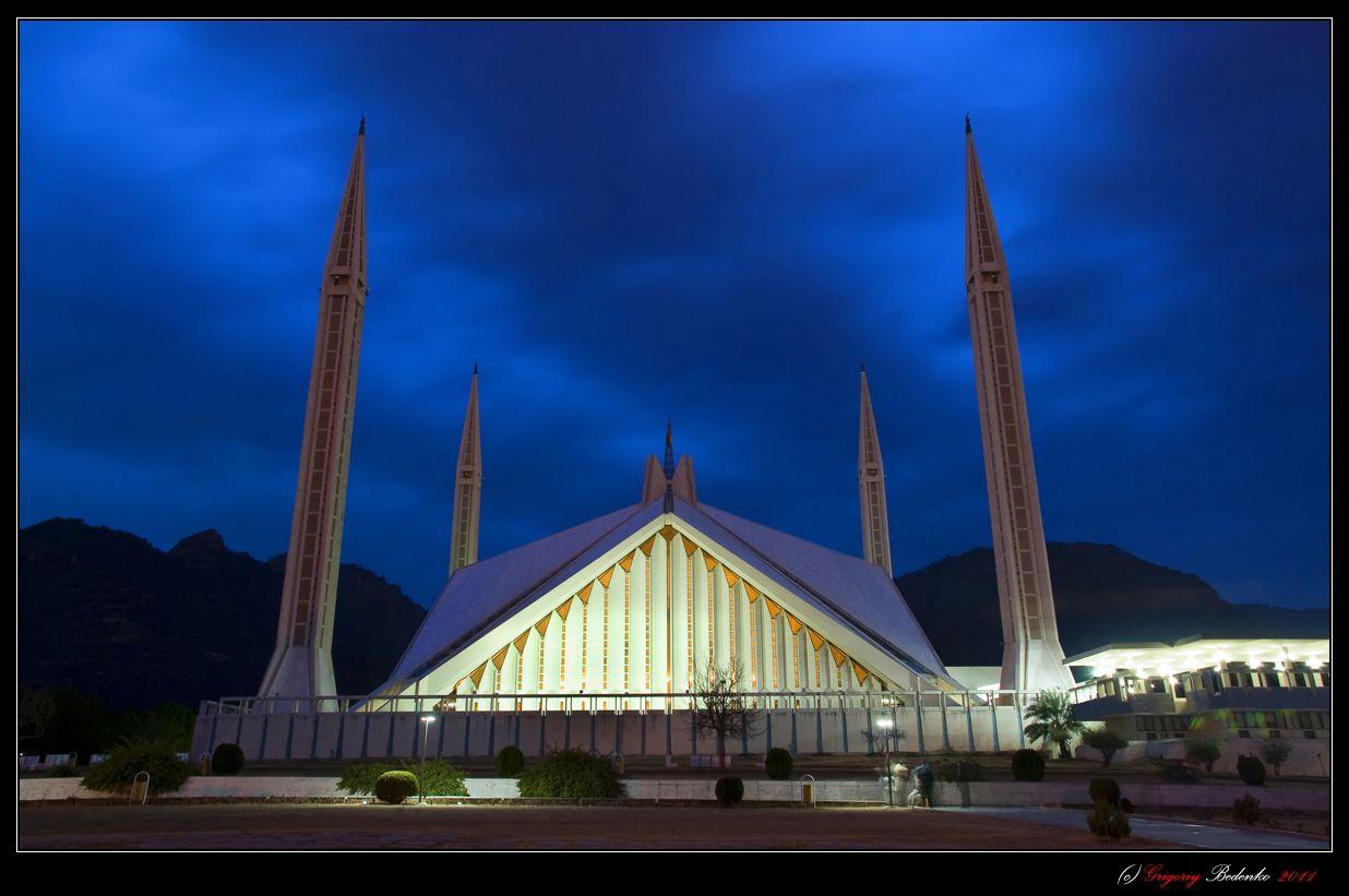 Мечеть Файсал — национальная мечеть в Исламабаде, Пакистане, одна из самых больших мечетей в мире. Известная мечеть в исламском мире. И известна исключительно благодаря своим размерам и архитектуре. Площадь 5 000 квадратных метров. Файсал способен вместить 300 000 верующих.Стимул для постройки мечети был дан в 1966 году, когда покойный король Саудовской Аравии Фейсал ибн Абдель Азиз ас-Сауд предложил построить нечто вроде того, что есть сейчас, во время своего посещения Исламабада. В 1969 году был проведён международный конкурс, в котором участвовали архитекторы из 17 стран представили 43 предложения. После четырёх дней обдумывания был выбран проект турецкого архитектора Ведата Далокая. Строительство мечети началось в 1976 году Национальной Строительной организацией Пакистана и финансировалось правительством Саудовской Аравии. Стоимость проекта составила более чем 130 миллионов саудовских риалов (приблизительно $120 миллионов в сегодняшних ценах). Король Фейсал ибн Абдель Азиз ас-Сауд очень способствовал финансированию строительства, и после его кончины в 1975 году и мечеть, и дорога, ведущая к ней, были названы его именем. Мечеть была закончена в 1986 году, и использовалась, чтобы предоставить площадь Международному Исламскому Университету. Мавзолей генерала Мухаммеда Зия-уль-Хака, похороны которого, в 1988 году были наиболее пышными в истории Пакистана, расположен рядом с мечетью. (из ВИКИПЕДИИ).